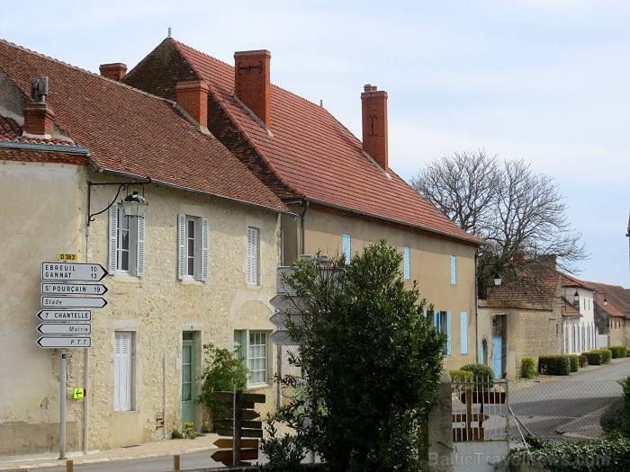 Brīnumains viduslaiku ciems Charroux gaida ciemos romantikas mīlētājus www.charroux.com 119884