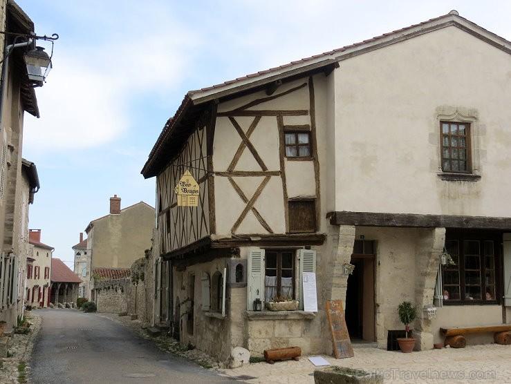 Brīnumains viduslaiku ciems Charroux gaida ciemos romantikas mīlētājus www.charroux.com 119891