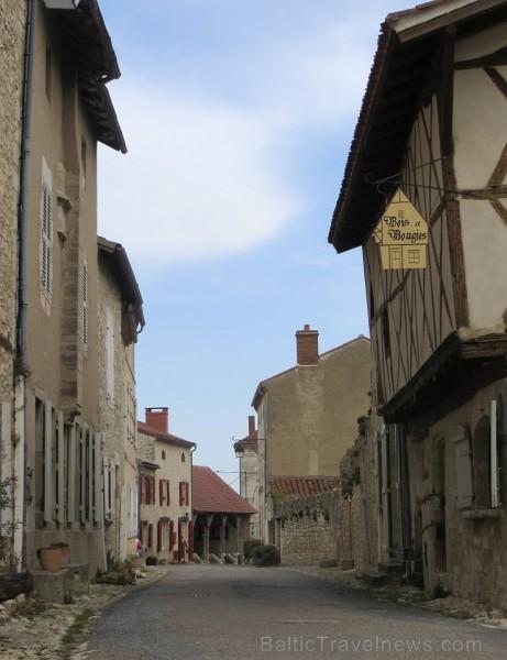 Brīnumains viduslaiku ciems Charroux gaida ciemos romantikas mīlētājus www.charroux.com 119892