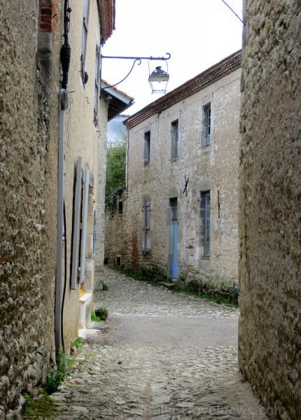 Brīnumains viduslaiku ciems Charroux gaida ciemos romantikas mīlētājus www.charroux.com 119895