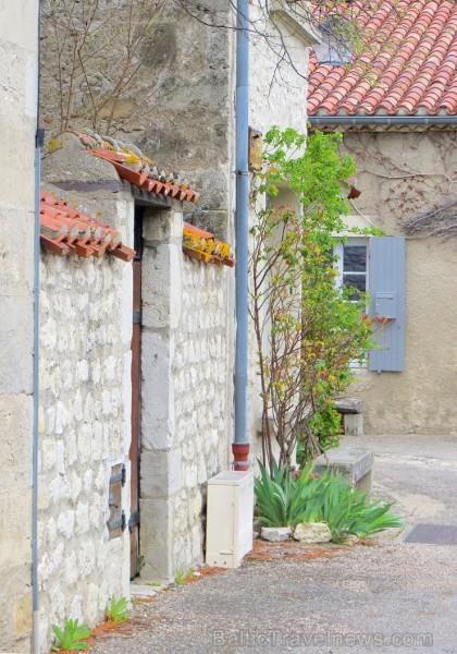 Brīnumains viduslaiku ciems Charroux gaida ciemos romantikas mīlētājus www.charroux.com 119902
