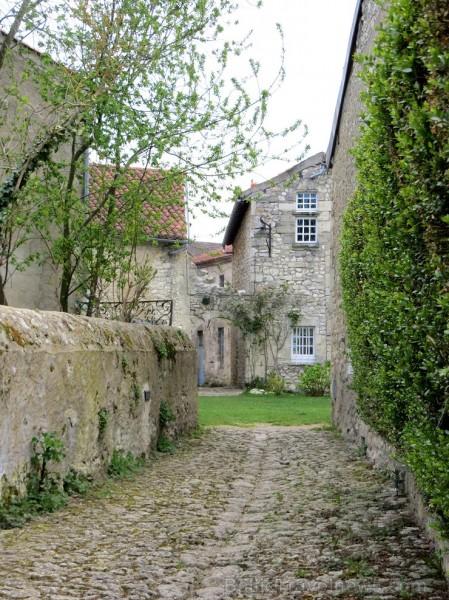 Brīnumains viduslaiku ciems Charroux gaida ciemos romantikas mīlētājus www.charroux.com 119903