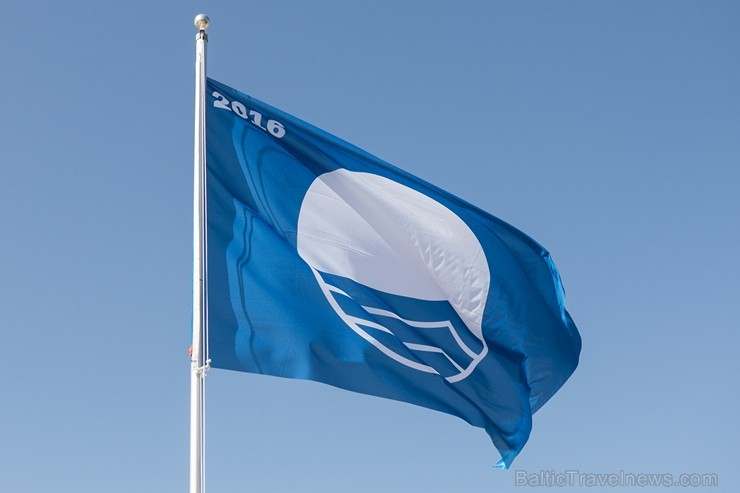 Limbažu Lielezera pludmalē jau otro gadu pēc kārtas paceļ Zilo karogu