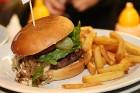 Travelnews.lv redakcija apciemo burgernīcu «Street Burgers» Blaumaņa ielā, Rīga 1
