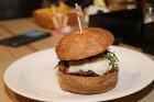 Travelnews.lv redakcija apciemo burgernīcu «Street Burgers» Blaumaņa ielā, Rīga 5