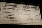 Travelnews.lv redakcija apciemo burgernīcu «Street Burgers» Blaumaņa ielā, Rīga 16
