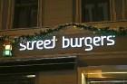 Travelnews.lv redakcija apciemo burgernīcu «Street Burgers» Blaumaņa ielā, Rīga 25