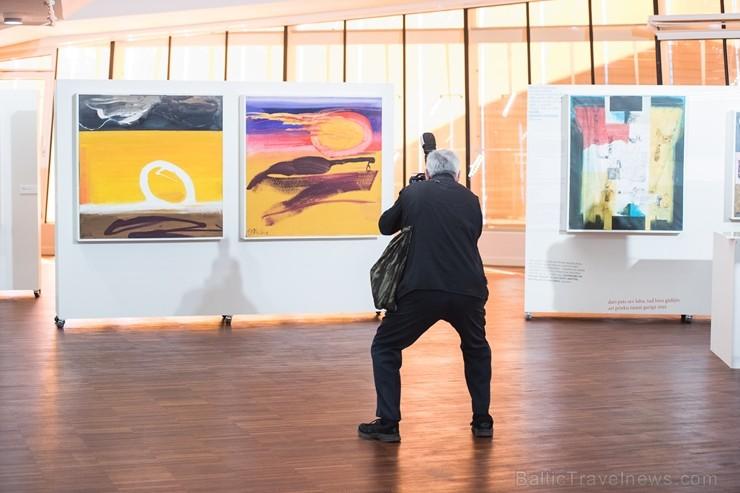 Liepājas koncertzālē «Lielais dzintars» atklāta latviešu gleznotājas Džemmas Skulmes personālizstāde «Krāsas garša»