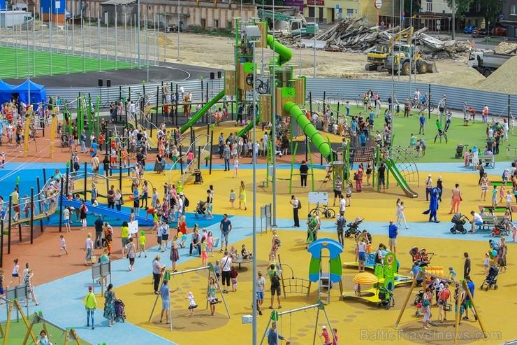 Ar ziepju burbuļu salūtu Rīgā atklāj Centra sporta kvartāla rotaļu laukumu