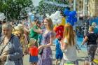 Ar ziepju burbuļu salūtu Rīgā atklāj Centra sporta kvartāla rotaļu laukumu 13