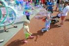 Ar ziepju burbuļu salūtu Rīgā atklāj Centra sporta kvartāla rotaļu laukumu 18