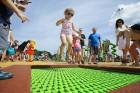 Ar ziepju burbuļu salūtu Rīgā atklāj Centra sporta kvartāla rotaļu laukumu 19