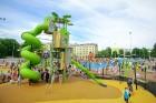 Ar ziepju burbuļu salūtu Rīgā atklāj Centra sporta kvartāla rotaļu laukumu 23