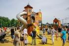 Ar ziepju burbuļu salūtu Rīgā atklāj Centra sporta kvartāla rotaļu laukumu 24