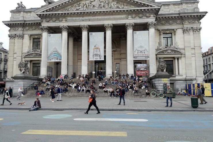 Briseles birža. Šis, tāpat kā Centrālais laukums, ir viens no centrālajiem punktiem pilsētā - apkārt ir daudz veikalu. Tas gan netraucē vietējos jauni