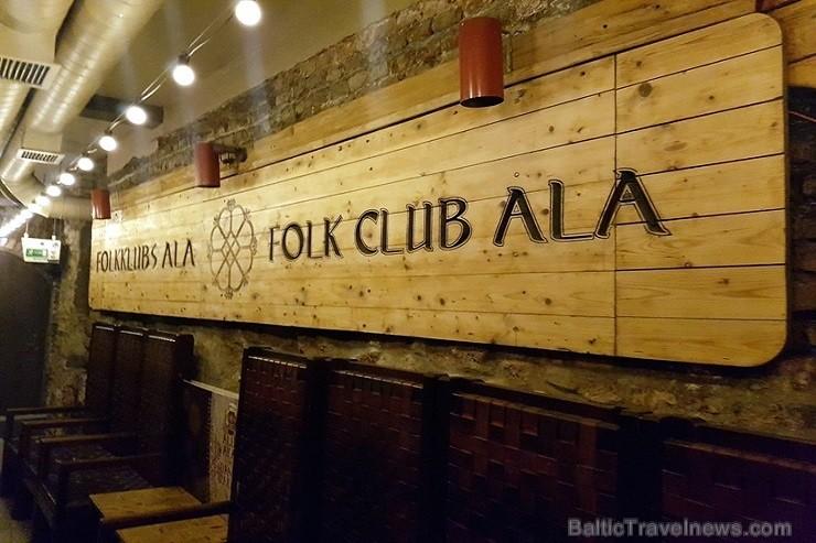 Travelnews brīvdienās apmeklē Vecrīgas latviskāko pagrabu -«Folkklubu Ala» un pieveic «Brīvdienu divsprīžu karbonādi»