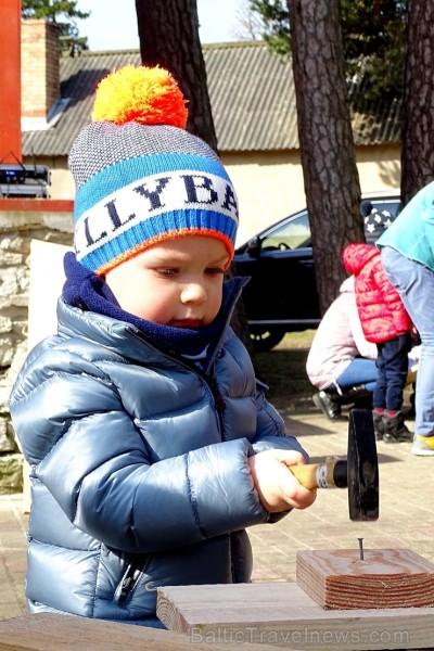 Ventspils Bērnu pilsētiņā norisinās putnu būrīšu izgatavošanas talka