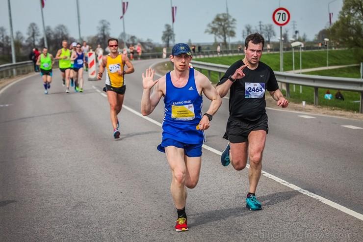 Daugavpilī ap trīs tūkstošiem cilvēku izskrien skriešanas seriāla pusmaratonā