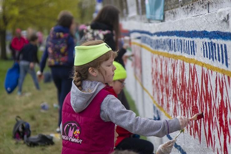 Vecmīlgrāvieši Latvijai simtgadē dāvina latviski apgleznotu sienu