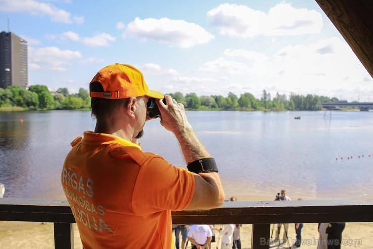 Līdz ar peldsezonas sākšanos, Rīgas pludmales sākuši uzmanīt glābēji