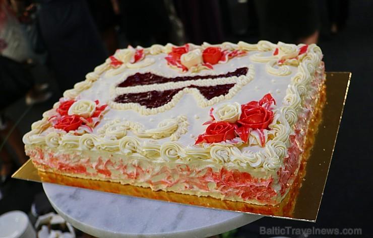Recepšu grāmata «100 kūkas un 1 svecīte» noderēs katrai svētku galda saimniecei