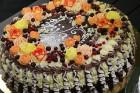 Recepšu grāmata «100 kūkas un 1 svecīte» noderēs katrai svētku galda saimniecei 4