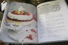 Recepšu grāmata «100 kūkas un 1 svecīte» noderēs katrai svētku galda saimniecei 9