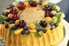 Recepšu grāmata «100 kūkas un 1 svecīte» noderēs katrai svētku galda saimniecei 13