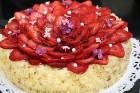 Recepšu grāmata «100 kūkas un 1 svecīte» noderēs katrai svētku galda saimniecei 21