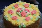Recepšu grāmata «100 kūkas un 1 svecīte» noderēs katrai svētku galda saimniecei 24