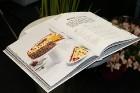 Recepšu grāmata «100 kūkas un 1 svecīte» noderēs katrai svētku galda saimniecei 50