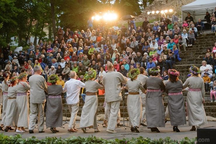 Cēsīs ar kauju rekonstrukciju un dejām, svin Latvijas Uzvaras dienu