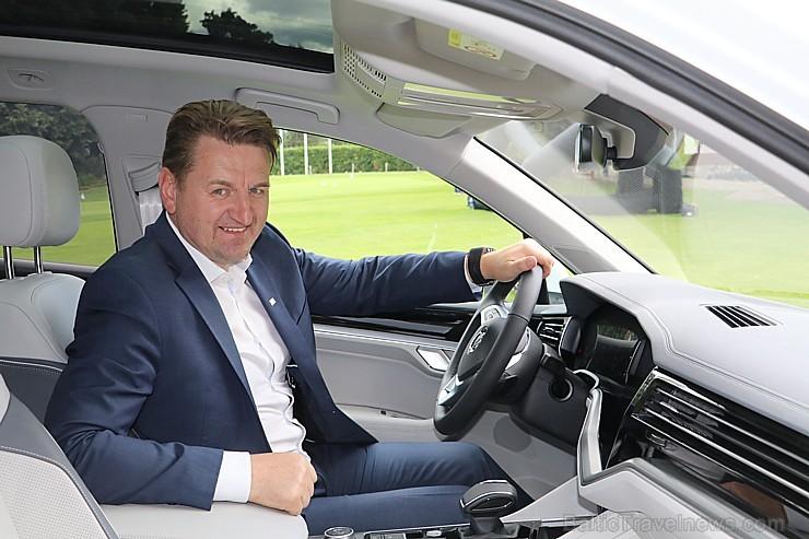 Golfa klubā «Viesturi» tiek prezentēts jaunais apvidus automobilis «Volkswagen Touareg»