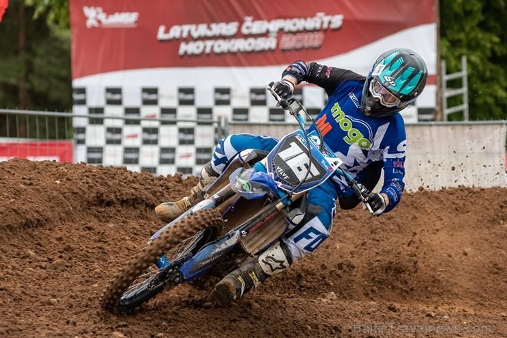 Dobelē norisinās cīņas Latvijas čempionātā motokrosā