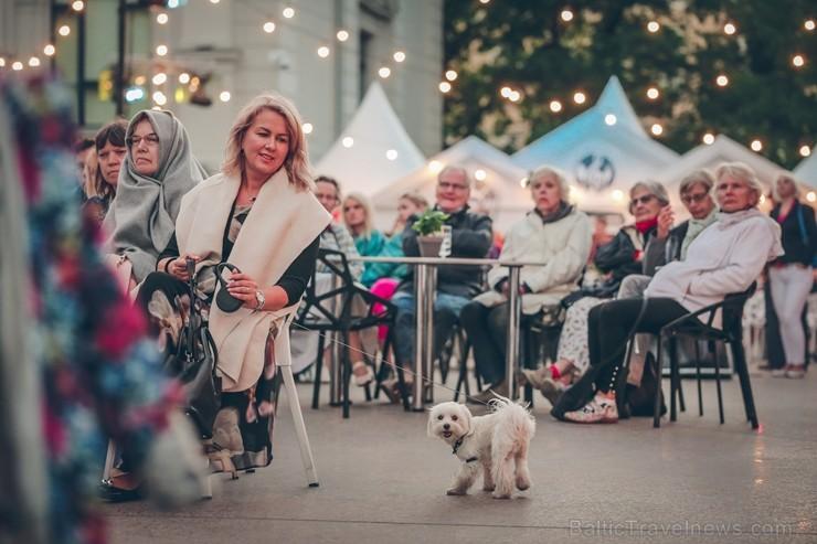Rīgas centrā tiek baudīti Dziesmu svētki un izmeklēti ēdieni