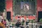 Rīgas centrā tiek baudīti Dziesmu svētki un izmeklēti ēdieni 5