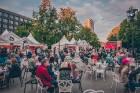 Rīgas centrā tiek baudīti Dziesmu svētki un izmeklēti ēdieni 11