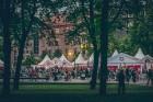 Rīgas centrā tiek baudīti Dziesmu svētki un izmeklēti ēdieni 12