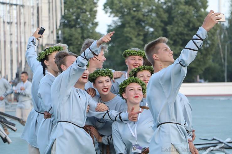 Pirms deju lieluzveduma «Māras zeme» dejotāji uzķer foto mirkļus