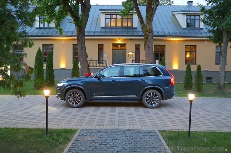 Travelnews.lv ar jauno «Volvo XC90» izbauda Skrundas muižas viesmīlību