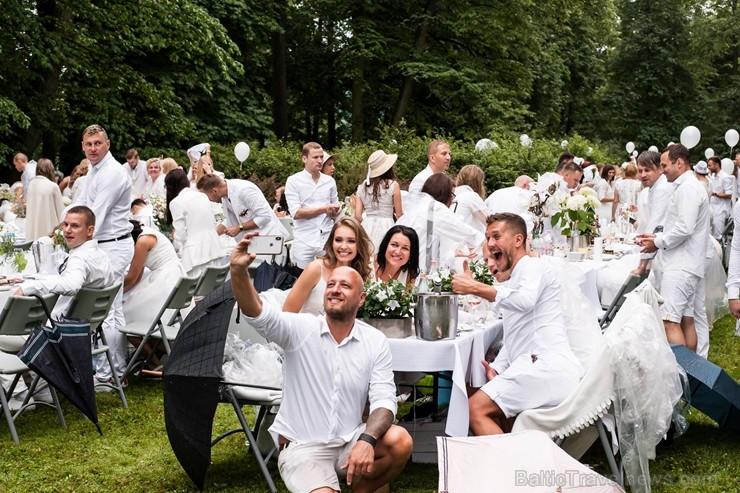 Jau ceturto gadu Rīgā notiek baltais pop-up pikniks «L'elegante Pop-Up Picnic»