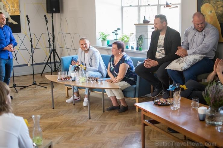 Rīgā «Tēvu sapulcē» satiekas Latvijā pazīstamas personības