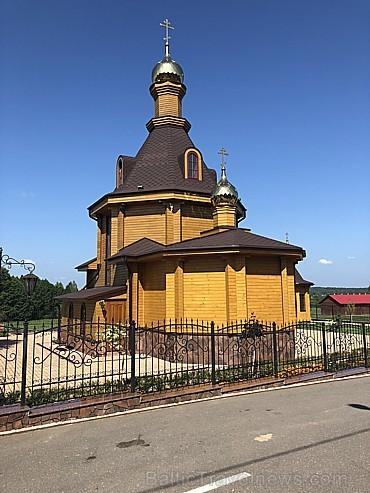 Toties Krasnij bor ciematā vietējais oligars uzbūvējis gan jaunu baznīcu, gan sakopis vietējos kapus un aiz augsta žoga izbūvējis atpūtas kompleksu