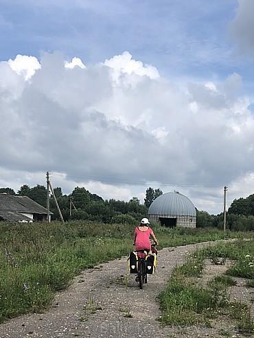 Attālākos pierobežas ciematos likvidēti kolhozi, pamestas fermas, jaunatne mūkot projām. Viss kādreiz bijis labāk. Tuvāk lielpilsētām arī moderni lopk