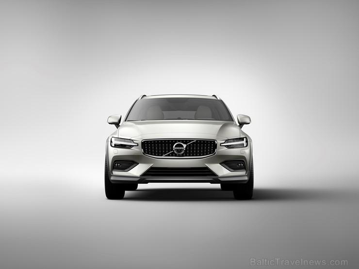 Jaunais Volvo V60 Cross Country ļauj zviedru ģimenes universālim doties bezceļos