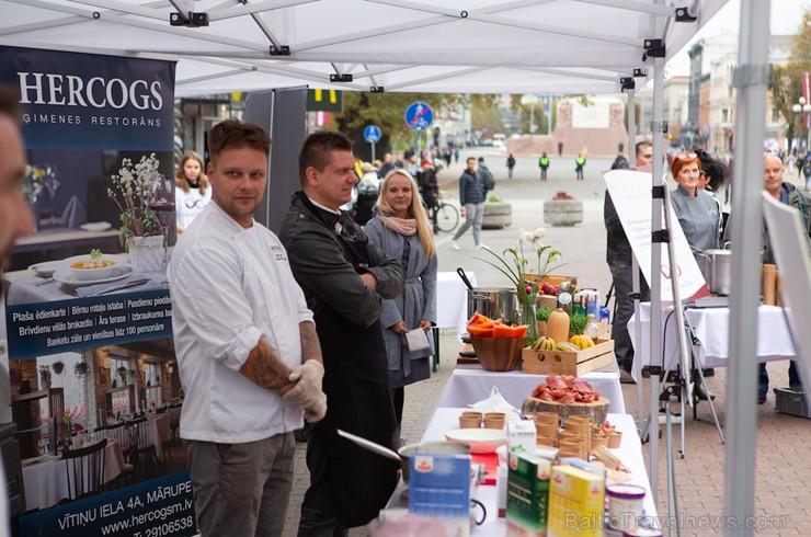 Lai stiprinātu esošās un radītu jaunas putras ēšanas tradīcijas, Starptautiskajā Putras dienā Rīgas centrā vēra vaļā Simtgades putras vēstniecību