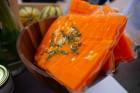 Lai stiprinātu esošās un radītu jaunas putras ēšanas tradīcijas, Starptautiskajā Putras dienā Rīgas centrā vēra vaļā Simtgades putras vēstniecību 8
