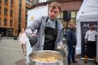 Lai stiprinātu esošās un radītu jaunas putras ēšanas tradīcijas, Starptautiskajā Putras dienā Rīgas centrā vēra vaļā Simtgades putras vēstniecību 12