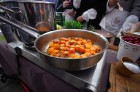 Lai stiprinātu esošās un radītu jaunas putras ēšanas tradīcijas, Starptautiskajā Putras dienā Rīgas centrā vēra vaļā Simtgades putras vēstniecību 18