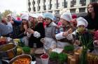 Lai stiprinātu esošās un radītu jaunas putras ēšanas tradīcijas, Starptautiskajā Putras dienā Rīgas centrā vēra vaļā Simtgades putras vēstniecību 19